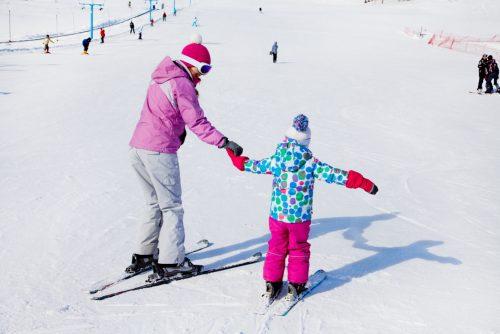 Med leg kan børn nemmere lære at stå på ski